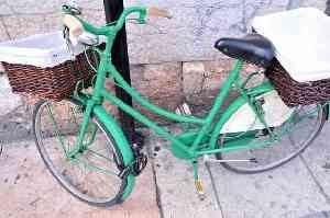 前後にカゴがついた自転車