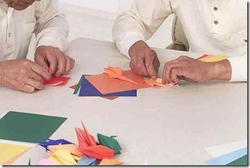 施設で折り紙を折る高齢者