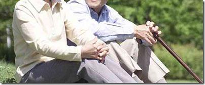 草の上に座る高齢者