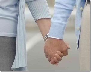 手をつないだカップル