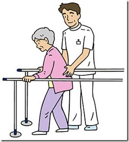歩行訓練を行う高齢女性