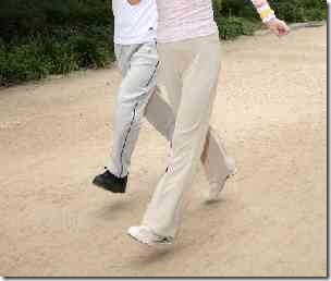 ジョギングする高齢者