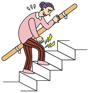 膝の痛みを抱えて階段を上る女性