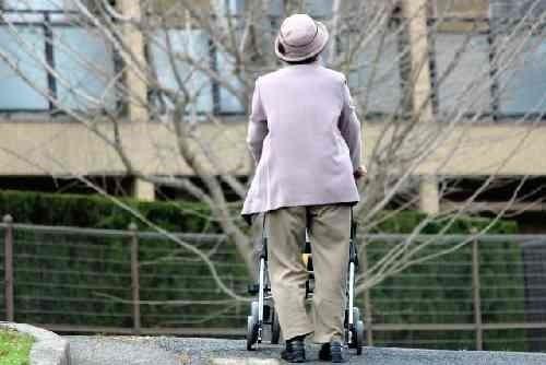 シルバーカーで一人で歩く高齢者