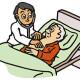 ベットで診察を受ける高齢者
