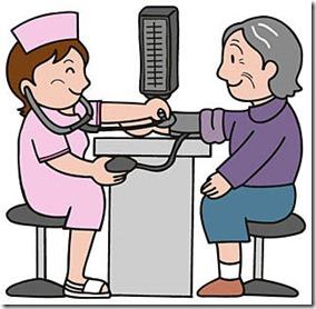 看護師に血圧を測ってもらう高齢者