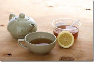 紅茶ポットとジャム、カップ