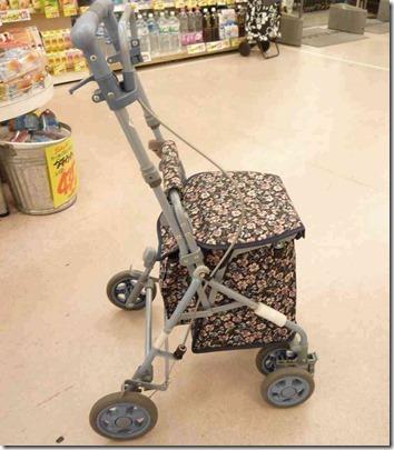 買い物かごが置ける花柄のシルバーカー(歩行器)