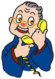 高齢者が電話をしている