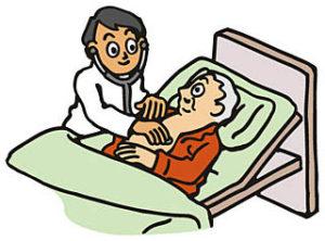 ベッドで診察を受ける高齢者