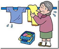 洗濯ものを干す高齢者
