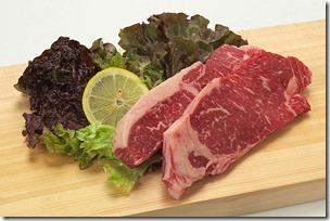 まな板の上のステーキの食材