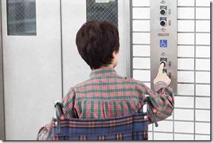 エレベーターと車椅子の女性
