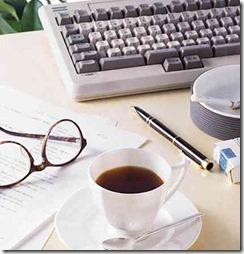 キーボードとコーヒーとメガネ