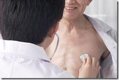 医師が聴診器をあてている