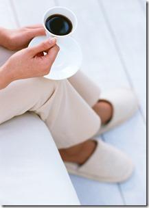 くつろいでコーヒーを飲むところ