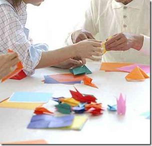 折り鶴を折る高齢者と介護士