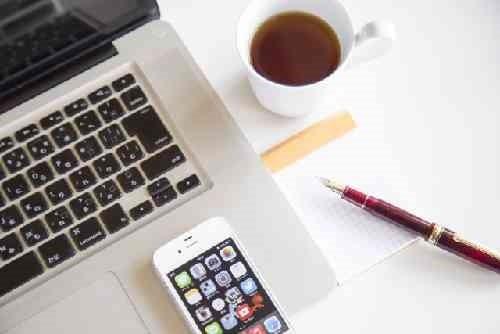 パソコンとコーヒーとスマホ