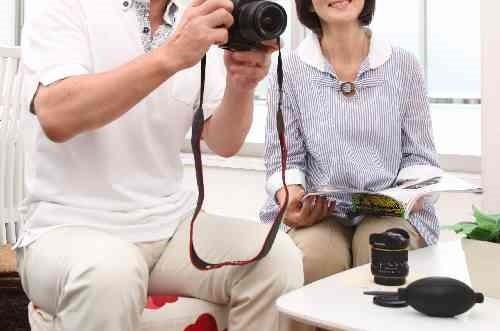 カメラをもつ高齢者