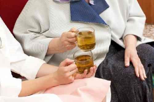 高齢者とお茶を飲む