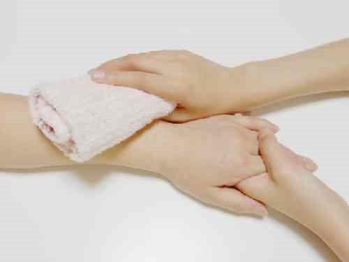 体をふく手