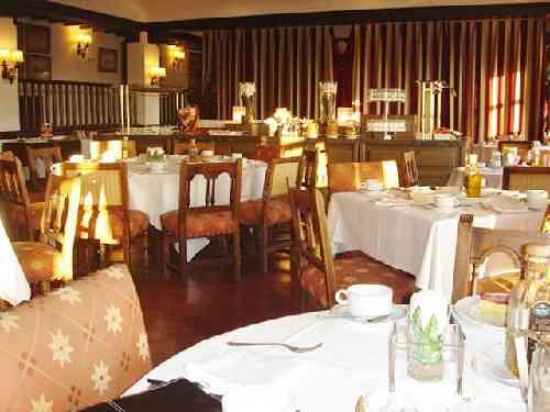 白いテーブルクロスのレストラン