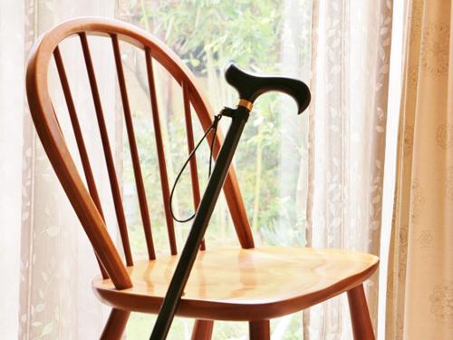 窓際の杖と椅子