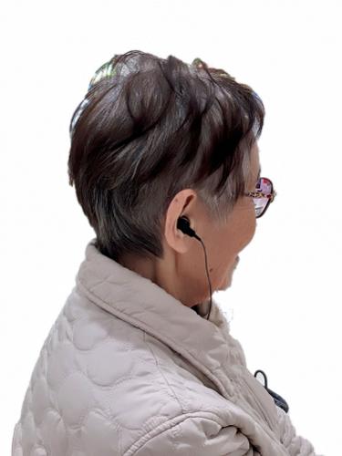 補聴器をつけている女性