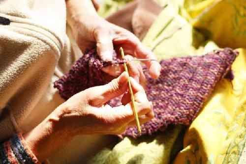 編み物をする高齢者