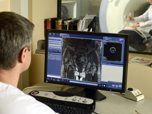 MRIの検査員のディスプレイ
