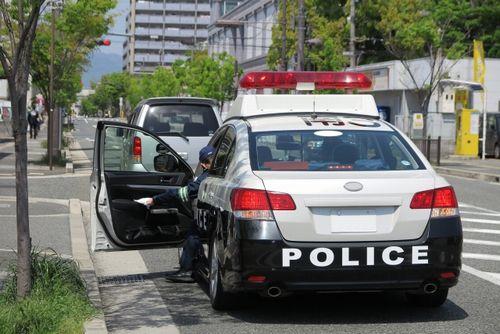 交通違反を取り締まるパトカー