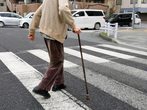 横断歩道を渡る高齢者