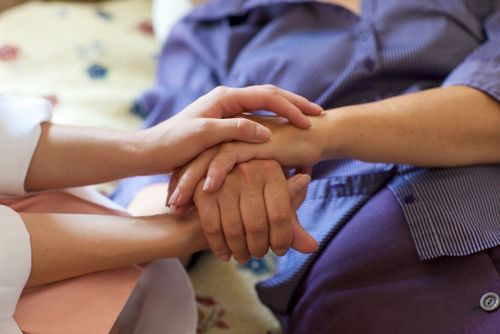 高齢者と手を取り合う