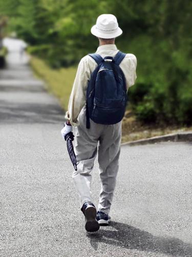 一人で散歩する男性高齢者