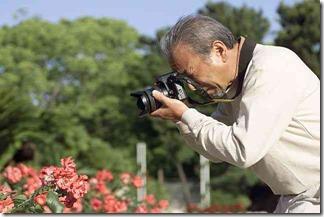 花の写真を撮る男性